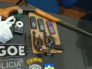 Armas apreendidas foram levadas para delegacia local (Foto: Anari Notícia/ Reprodução)