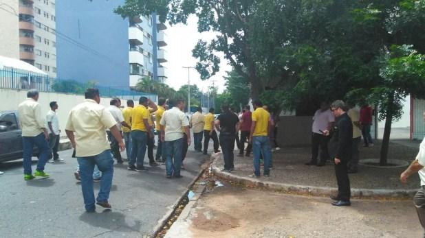Motoristas da Uber e Taxistas se enfrentaram próximo a um hotel na Rua Regeneração, Bairro Ilhotas (Foto: Gilcilene Araújo/ G1)