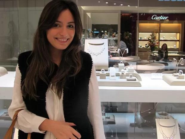 Fernanda observa, encantada, colar de R$ 256.000,00 (Foto: Fabiano Correia/G1)