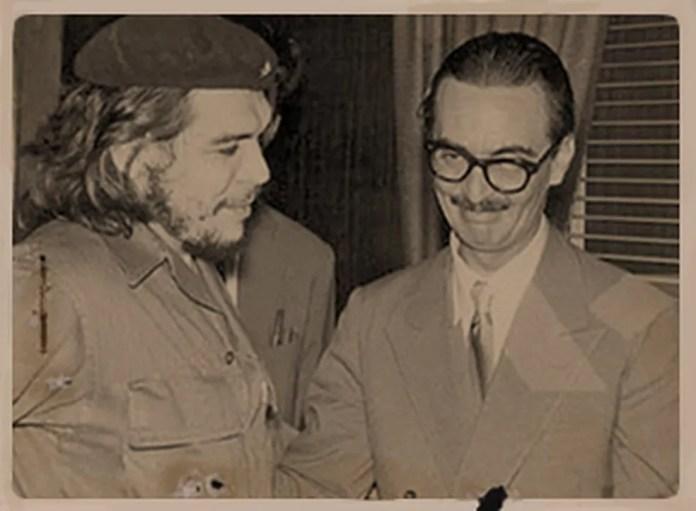 O então presidente Jânio Quadros condecora Che Guevara com a Ordem Nacional do Cruzeiro do Sul, em 19 de agosto de 1961; gesto provocou indignação em setores civis e militares conservadores — Foto: Divulgação