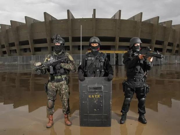 Equipes táticas do Exército Brasileiro e das polícias Militar e Federal de Minas treinam no estádio Mineirão, na Pampulha, em Belo Horizonte. As ações de enfrentamento ao terrorismo fazem parte da preparação para a Olimpíada (Foto: Denilton Dias/O Tempo/Estadão Conteúdo)