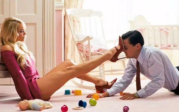 Margot Robbie and Leonardo DiCaprio in the scene of The Wolf of Wall Street (2013) (Photo: Disclosure)