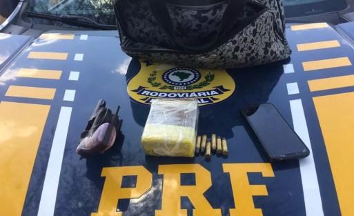 Arma, balas e maconha foram apreendidos com os suspeitos — Foto: PRF/Divulgação