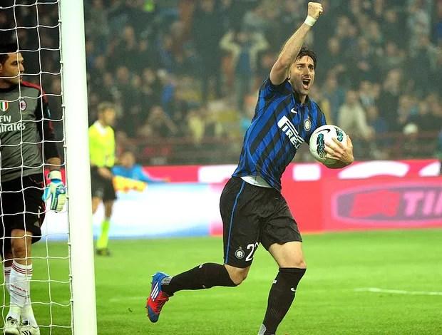 Diego Milito comemora gol do Inter de Milão contra o Milan (Foto: AFP)