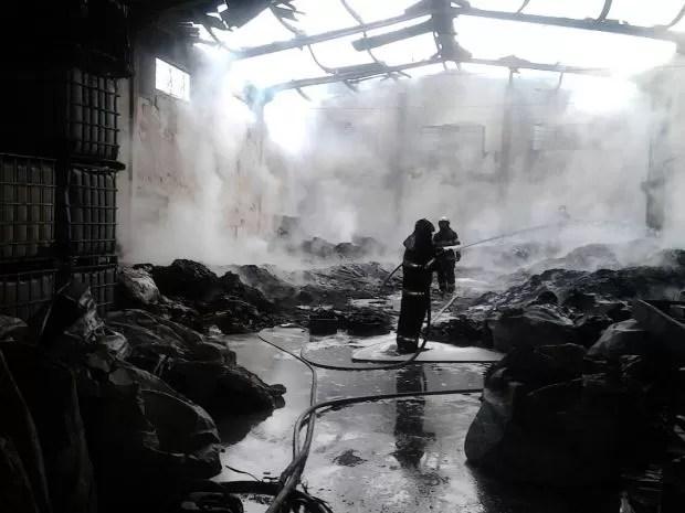 Incêndio atinge depósito de materiais recicláveis em Jacareí, SP (Foto: Divulgação/Corpo de Bombeiros)