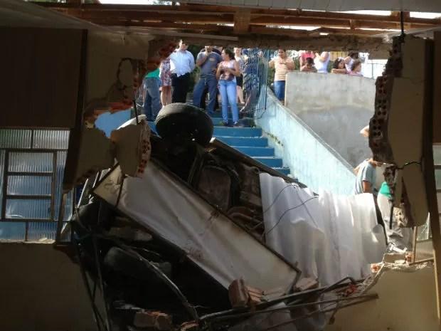 Segundo uma testemunha, havia cinco pessoas no carro (Foto: Luciana Almeida/RPC TV)