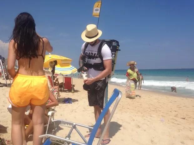 Vendedores usam mochila que conserva o chope gelado (Foto: José Raphael Berrêdo / G1)