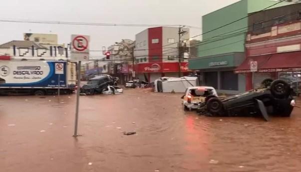 Carros foram arrastados durante chuva em São Carlos — Foto: Redes sociais
