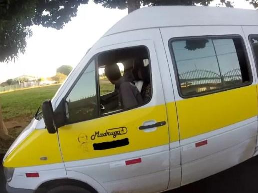 Menor conduzia a van no momento da abordagem feita pelos agentres do Detran (Foto: Detran-DF/Reprodução)