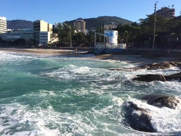 Faixa de areia da praia do Arpoador praticamente desapareceu na manhã desta segunda (Foto: Alba Valéria Mendonça / G1)