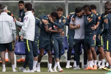 Neymar abraça Fred e parabeniza o companheiro pela transferência para o futebol inglês (Foto: Pedro Martins / MoWA Press)