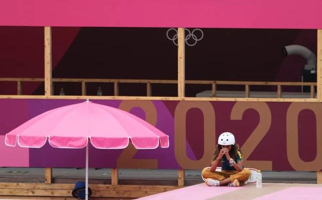 Rayssa Leal em momento de concentração antes das manobras finais — Foto: Ezra Shaw/Getty Images