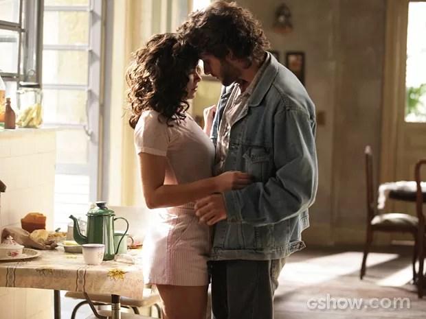 Eliane (Vanessa Giácomo) e José Alfredo (Chay Suede) se beijam! (Foto: Raphael Dias/TV Globo)