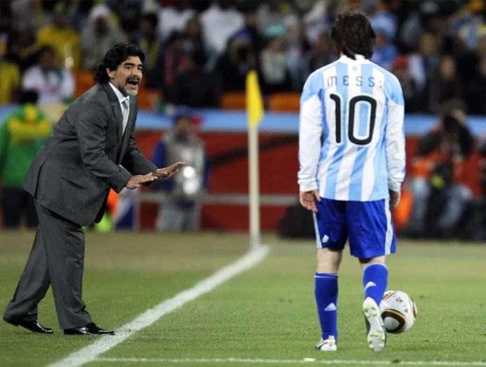 Maradona, técnico da seleção argentina, passa instruções para o atacante Lionel Messi durante partida contra o México na Copa do Mundo da África do Sul, em Joanesburgo, em junho de 2010 — Foto: Matt Dunham/AP/Arquivo