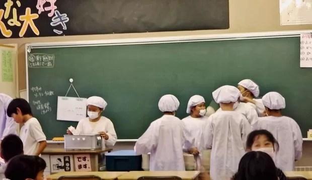 Em escola japonesa, os próprios alunos ajudam a servir merenda aos colegas. (Foto: Arquivo pessoal)
