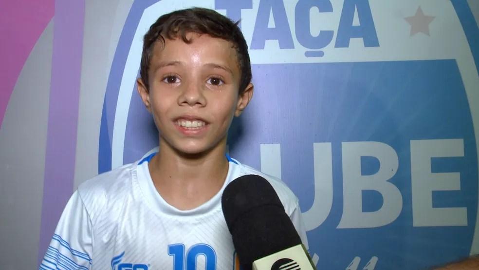 Rian, de 11 anos, meia da Escolinha R9 — Foto: Reprodução/TV Clube