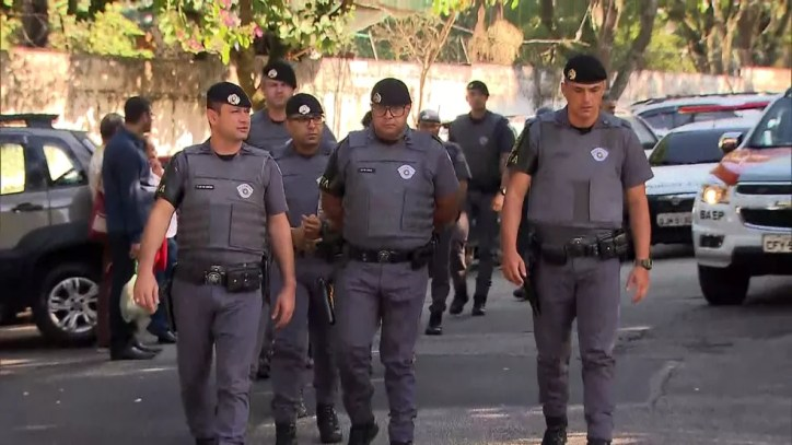 Policiais militares da Rota participam de velório do cabo Fernando Flávio Flores  — Foto: TV Globo/Reprodução