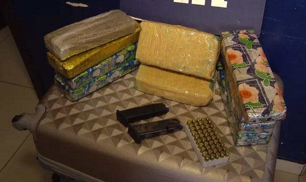 A droga, a munição e a arma estavam na bagagem do uruguaio preso pela PRF; aos agentes, ele disse que seguiria no ônibus até Cascavel — Foto: Reprodução/RPC