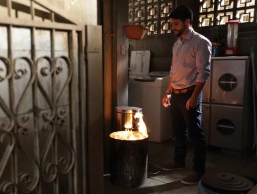 Edu taca fogo nas roupas que usava na morte de Ângela (Foto: Pedro Curi / TV Globo)
