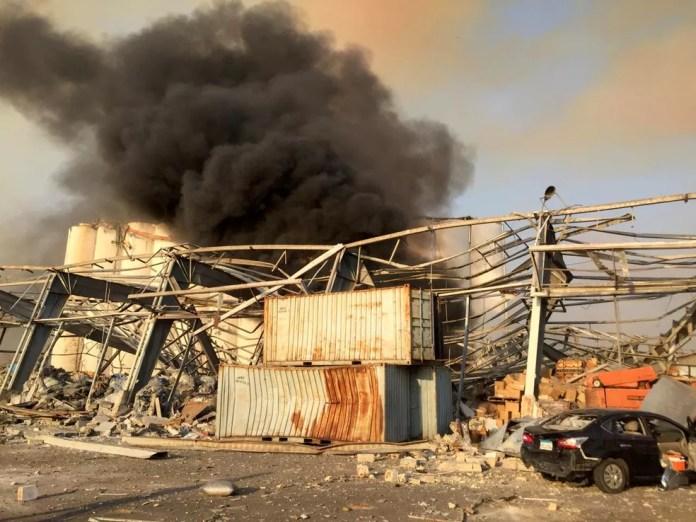 Coluna de fumaçam sobre Beirute, nesta terça (4). Uma grande explosão ocorreu na cidade — Foto: Reuters/Mohamed Azakir