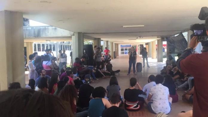 Campo Grande, 10h: Manifestantes na UFMS — Foto: Dyego Queiroz/TV Morena