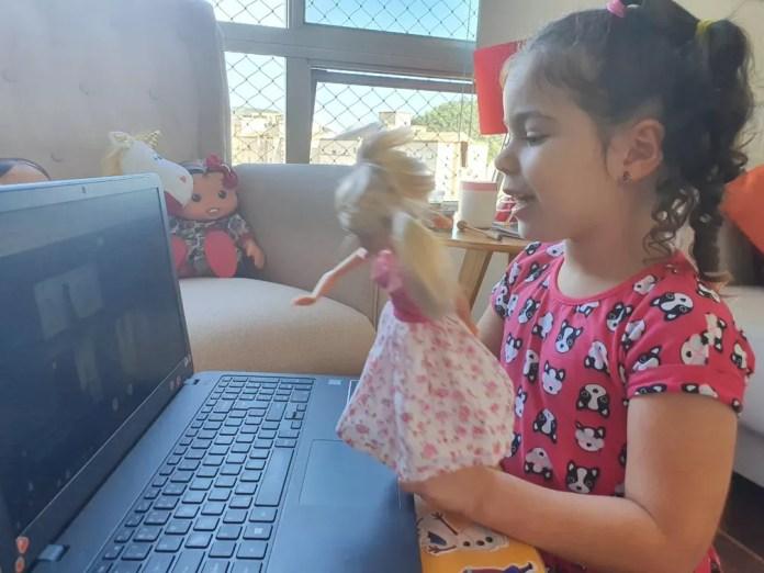 Carolina Viana, de 4 anos, brinca com amigos pela internet durante isolamento por causa do coronavírus — Foto: Acervo pessoal/Jessica Viana