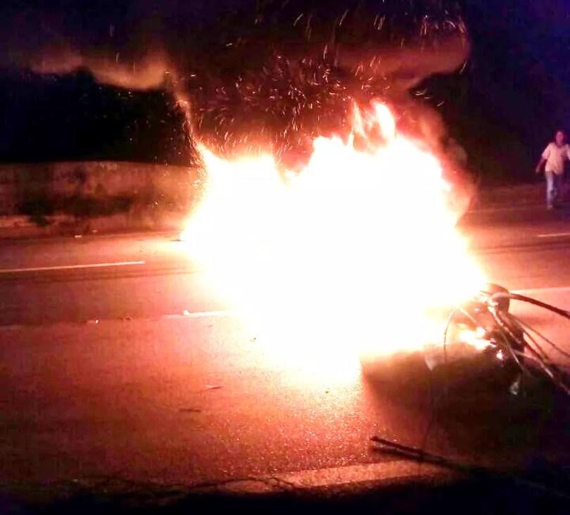 Grupo ateou fogo em pneus para bloquear rodovia em Itu (Foto: Arquivo pessoal)