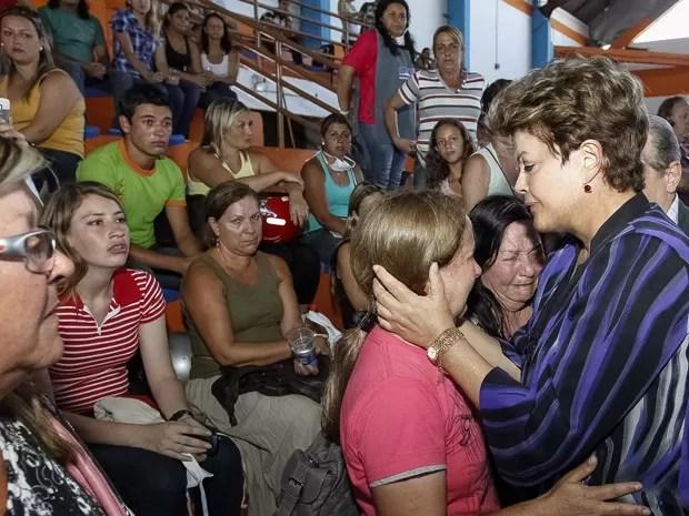 A presidente Dilma Rousseff conforta familiar de vítima da tragédia em Santa Maria, no Rio Grande do Sul (Foto: Roberto Stuckert Filho / Presidência)