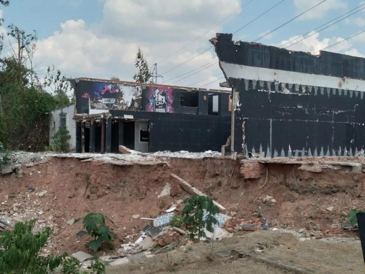 Algumas paredes do prédio já foram derrubadas para construção de uma nova estrutura — Foto: Aline Nascimento/G1