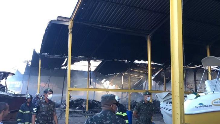 Parte do teto do galpão desabou após incêndio  (Foto: Alan Alves/ G1)