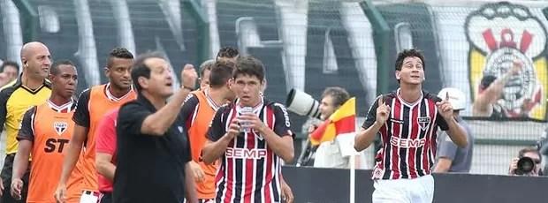 Ganso comemora gol do São Paulo (Foto: Marcos Ribolli)
