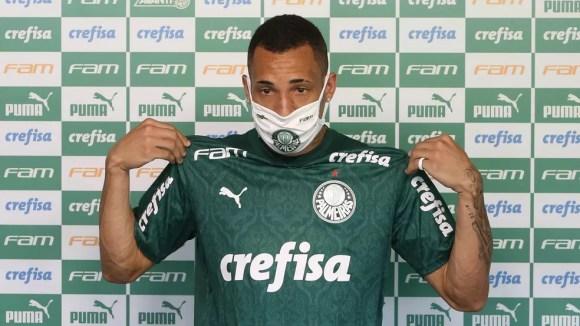 Breno Lopes veste a camisa do Palmeiras em apresentação  — Foto: Cesar Greco/Ag. Palmeiras