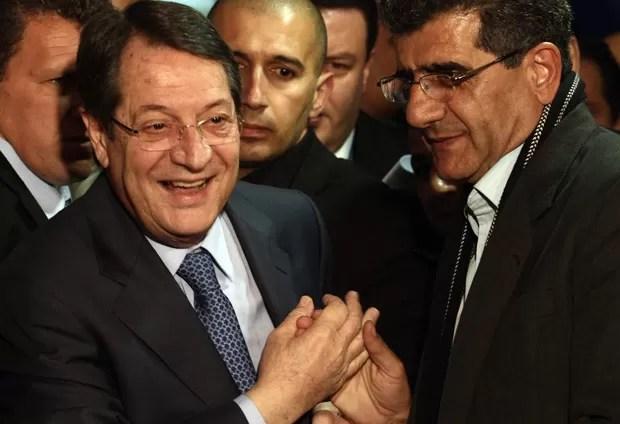 Nicos Anastasiades comemora ao saber sobre os resultados da eleição no Chipre. Candidato foi eleito presidente no primeiro turno (Foto: Yiannis Kourtoglou/AFP)