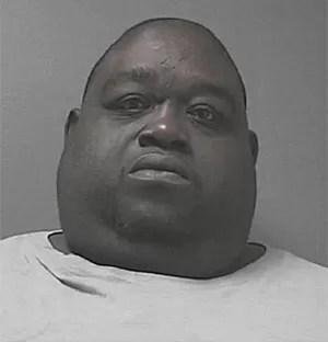 Christopher Mitchell foi preso após esconder maconha sob sua barriga na Flórida, nos EUA (Foto: Divulgação/Volusia County Sheriff's Office)
