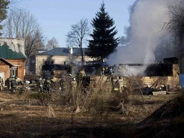 Bombeiros trabalham em prédio de hospital psiquiátrico que pegou fogo em Moscou. (Foto: Pavel Sergeyev / AP Photo)