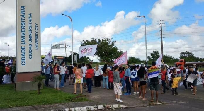 Manifestantes realizam ato contra bloqueio de verbas na educação na UFMA em São Luís — Foto: Douglas Pinto/TV Mirante