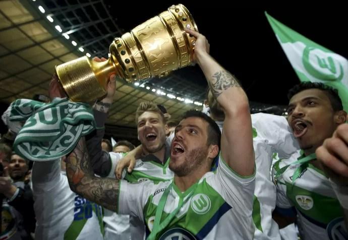Luiz Gustavo comemora título do Wolfsburg (Foto: Ina Fassbender/Reuters)