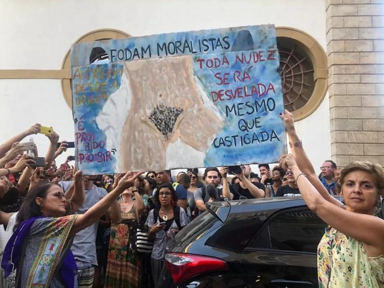 Cartaz protesta contra proibição de performance em exposição no Rio de Janeiro — Foto: Matheus Rodrigues/ G1