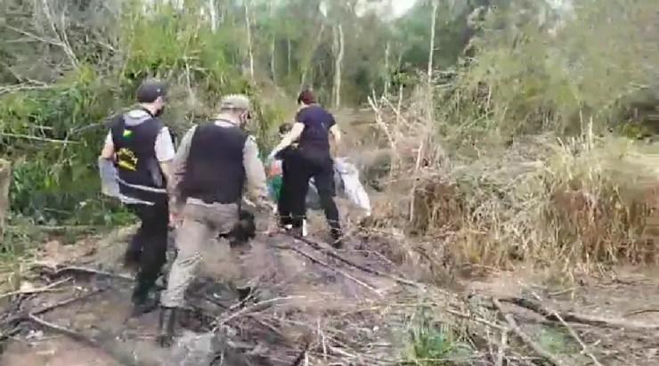 Peritos e policias foram até o local onde foi achado ossada em uma chácara  — Foto: Reprodução/Ithamar Souza