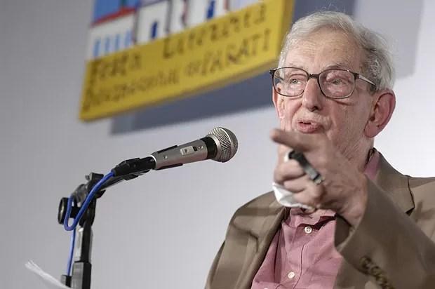 O historiador britânico Eric Hobsbawm posa durante a primeira edição da Flip, em 2003; ele foi considerado a estrela daquela edição  (Foto: Divulgação)