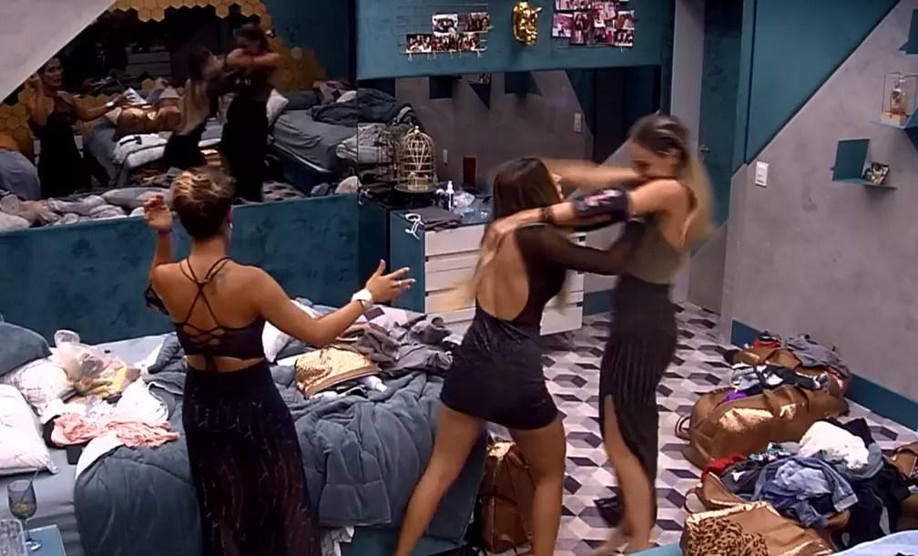 Paula e Hariany brigam no BBB — Foto: Reprodução