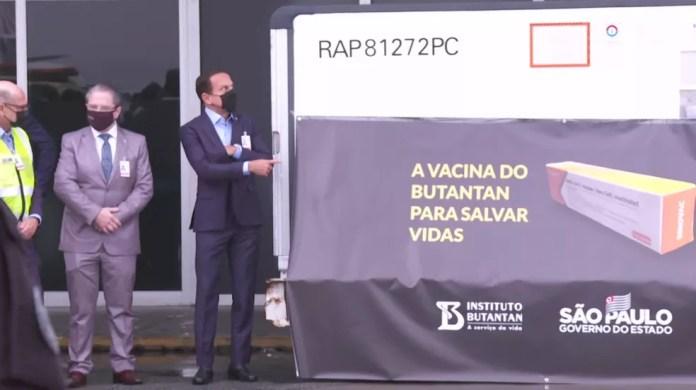 Governador João Doria acompanha chegada dos lotes  — Foto: Reprodução/TV Globo