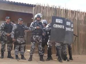 Policiais militares cercam casa onde famílias aguardavam o fim do mundo (Foto: Náyra Macêdo/Portal da Clube)