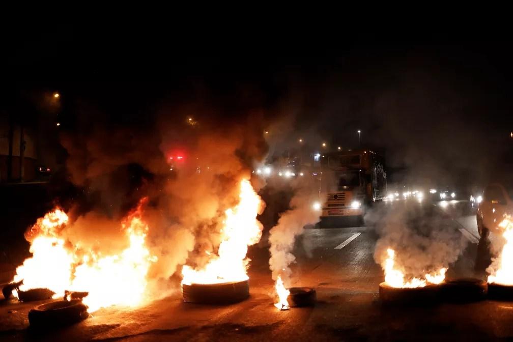 Barricada em chamas bloqueia a Rodovia Presidente Dutra, no trecho de São Paulo, no início da manhã desta sexta-feira (28) (Foto: Nacho Doce/Reuters)