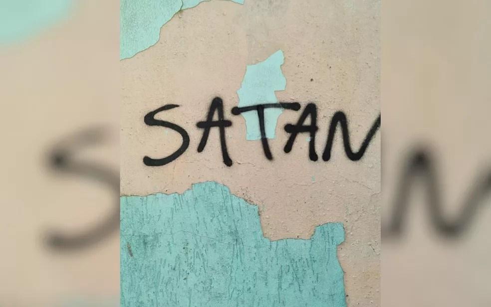 Foto feita na casa de Lázaro mostra a palavra 'satan', que, em português, significa 'satanás'  Foto: Divulgação/Polícia Civil