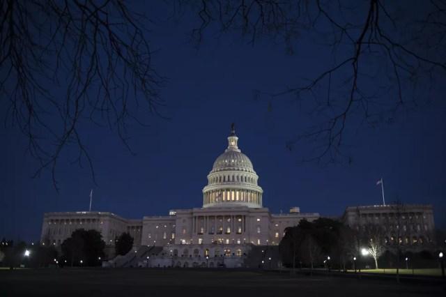 Fachada do Senado dos EUA na noite desta sexta-feira (19) (Foto: AP Photo/J. Scott Applewhite)