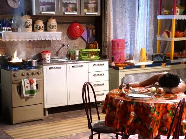 Sol dorme e coloca fogo na comida (Foto: Malhação / TV Globo)