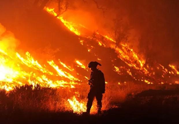 Bombeiro trabalha em incêndio perto de Clearlake, na Califórnia, no dia 4 de agosto de 2015 (Foto: Josh Edelson/AP)