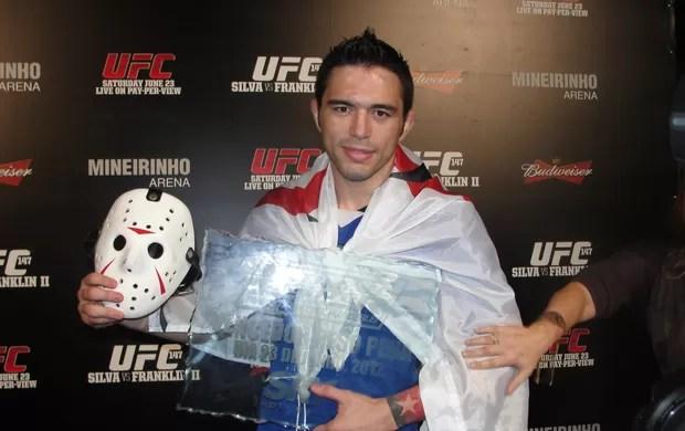 Rony Jason posa com o troféu de campeão dos pesos-penas do TUF Brasil (Foto: Marcelo Russio / SporTV.com)
