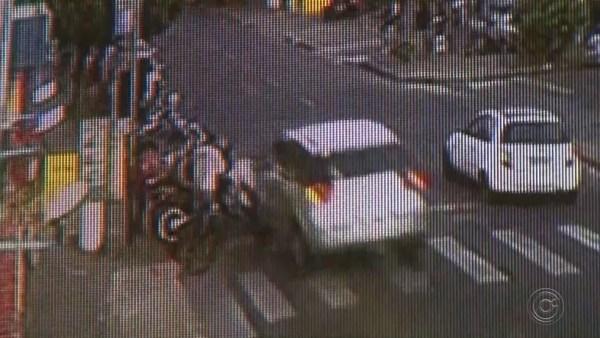 Carro atingiu motociclistas que estavam parados em frente ao supermercado em Rio Preto (Foto: Reprodução/TV TEM)